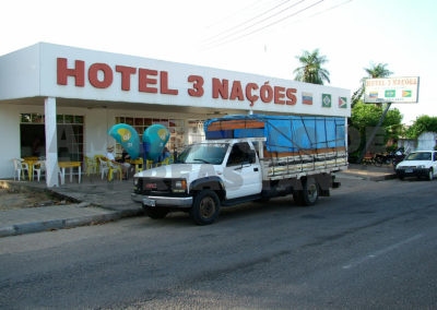 Unser Reisemobil vor unserem Hotel / Our truck in front of our hotel