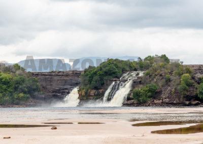 Canaima Lagoon with the Saltos Wadaimo, Golondrina and Ucrima